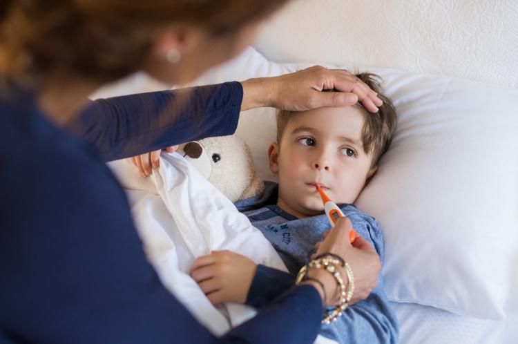Junge dessen Fieber gemessen wird