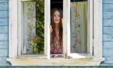 Mädchen öffnet Fenster