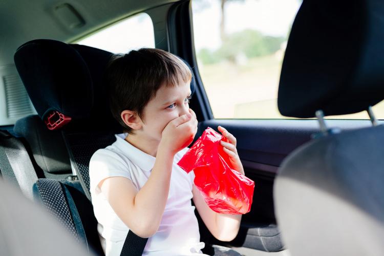 Junge erbricht im Auto