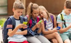 Viele Schüler schauen auf ihr Smartphone