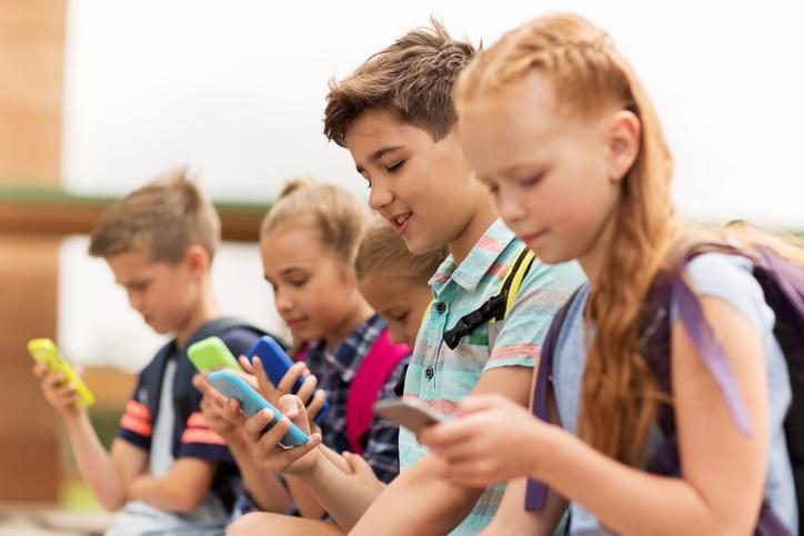Kinder schauen auf ihre Smartphones
