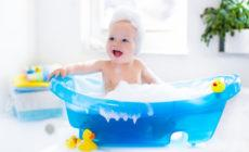 Glückliches Kind sitzt in der Badewanne