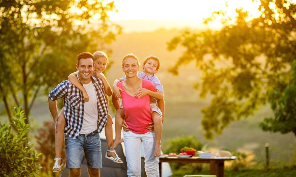 Co-Parents gemeinsam mit den Kindern bei einem Ausflug in's Grüne.