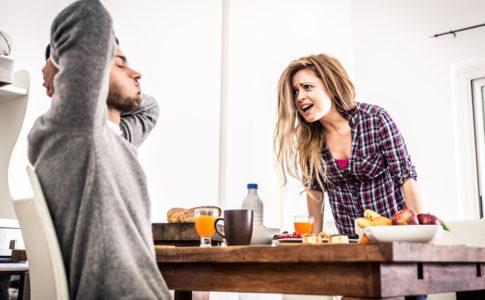 Paar streitet sich am Frühstückstisch