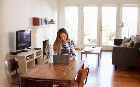 Eine Frau die zu Hause arbeitet