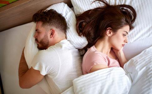 Zwei Personen, die im Bett liegen