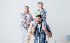 Familie die ein Haus baut