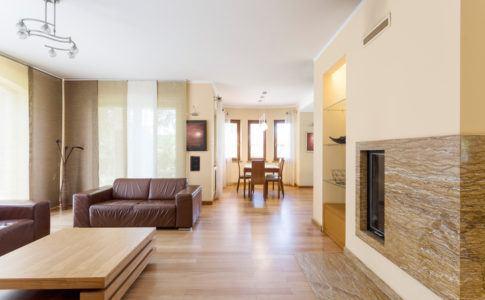 Wohnzimmer mit Schiebevorhängen ausgestattet