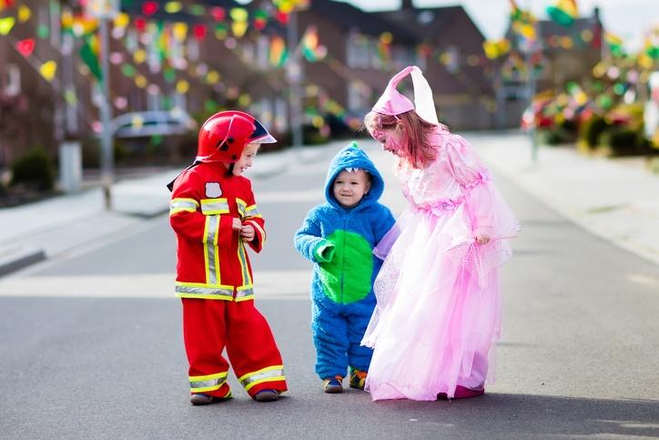 3 Kinder in verschiedenen Kostümen