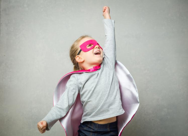 Kleines Mädchen mit Maske verkleidet