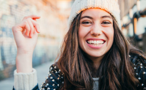 Mädchen mit Winterklammoten lachend