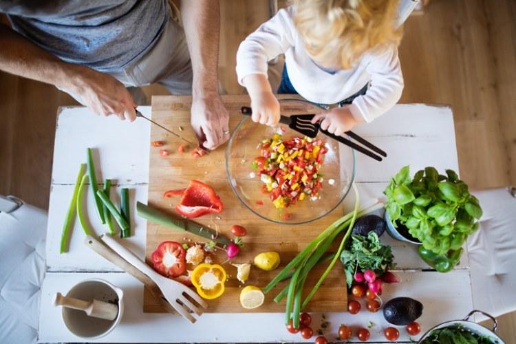 Kind und Vater kochen