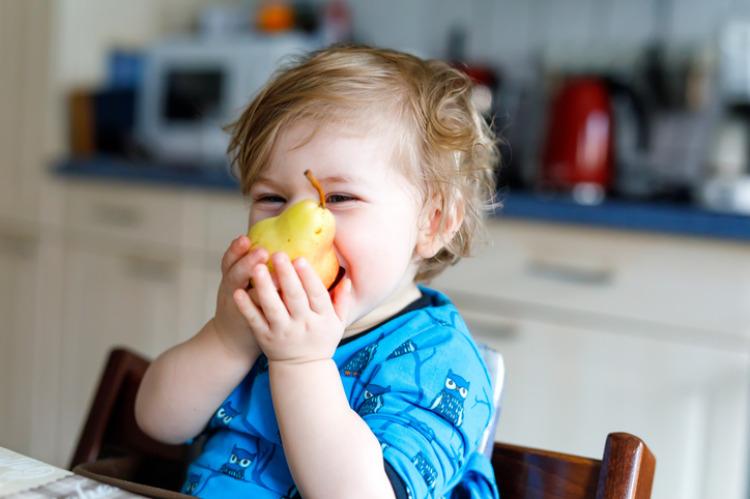 Kind welches eine Birne isst