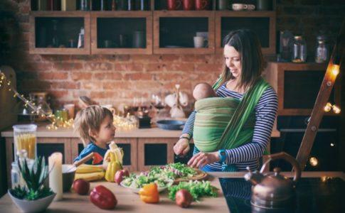 Mutter mit Ihren beiden Kindern am Kochen