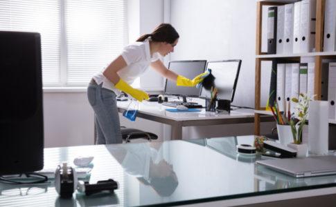 Frau die Büro putzt