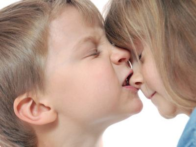 Junge beißt Mädchen in Nase