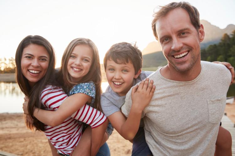 Vater und Mutter mit ihren zwei Kindern
