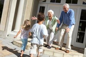 Kinder freuen sich auf Großeltern