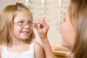 Mädchen beim Optiker