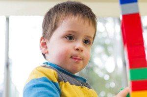 Kleiner Junge baut einen Lego-Turm