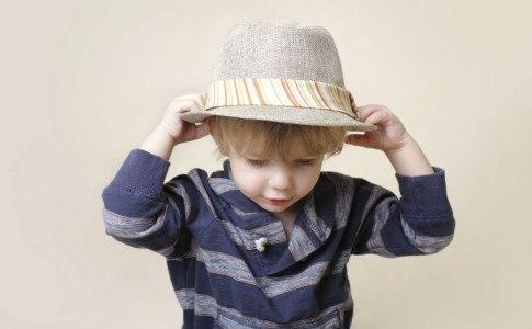 Süßer Junge mit Hut