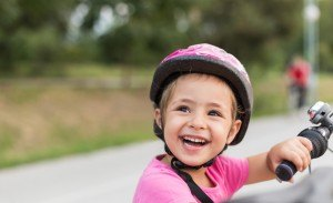 Kinder lernen Fahrrad fahren