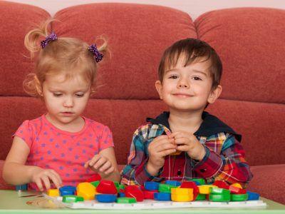 Zwei Kinder spielen am Tisch