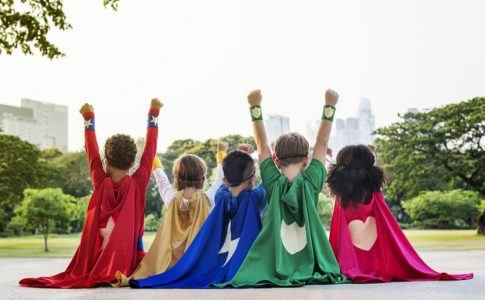 5 Kinder mit Superhelden Cape