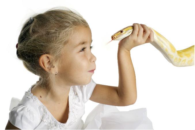Kind mit einer Schlange