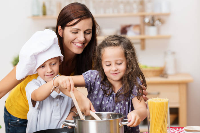 rezepte f r die ganze familie kinder beim kochen einbinden. Black Bedroom Furniture Sets. Home Design Ideas
