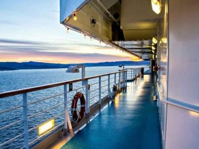 Blick von einem Kreuzfahrtschiff auf s Wasser bei einem Sonnenuntergang
