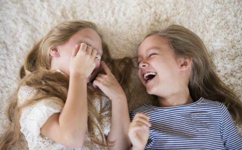 Glücklich wie ein Kind - zwei lachende Kinder