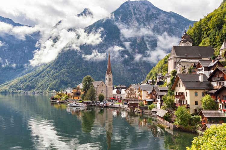 Blick auf Hallstatt, ein Ort in Oberösterreich mit Wolken und einem Bergsee