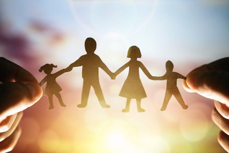 Familie in Form einer Papierkette