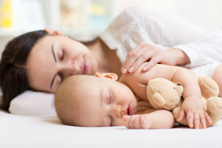 Baby und Mutter schlafen
