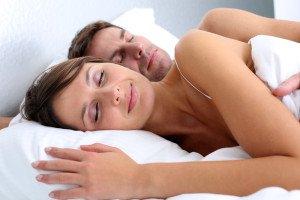 Pärchen liegt schlafend im Bett