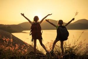 Kinder genießen Ausblick von Berg