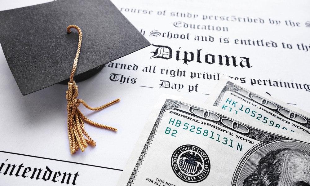 Diplom mit Hut und Geldscheinen
