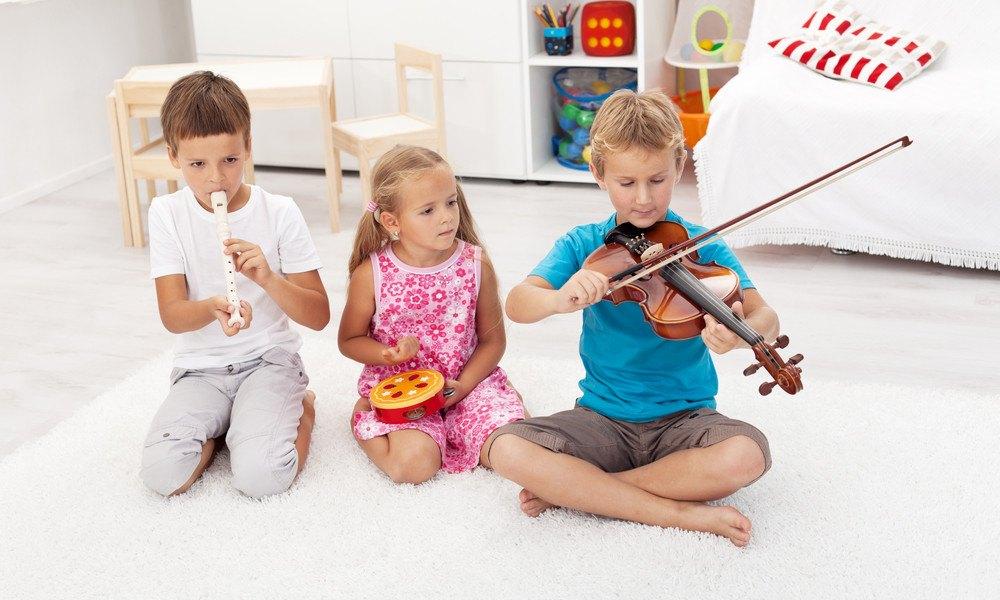 Kinder spielen mit Instrumenten auf Boden