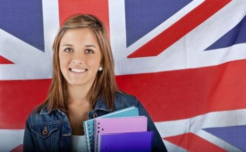Mädchen steht vor einer Englandflagge