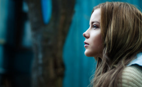 Profilbild vom nachdenklichen Teenager