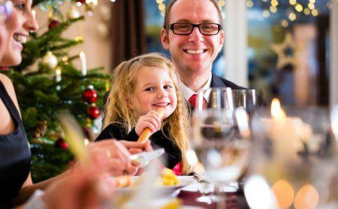 Familie beim Weihnachtsessen mit Kartoffelsalat und Bockwürsten